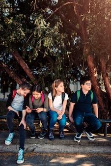 Niños de la escuela pasar el rato en el patio de la escuela