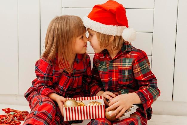 Los niños están cerca en navidad