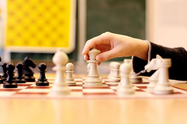 Los niños estan jugando al ajedrez