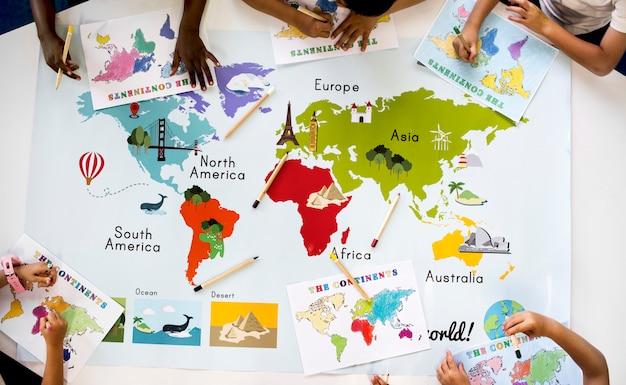 Niños estudiando geografía en la escuela.