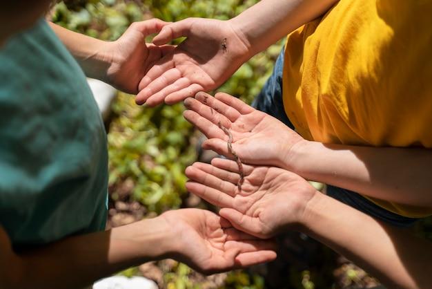 Niños explorando juntos la naturaleza.