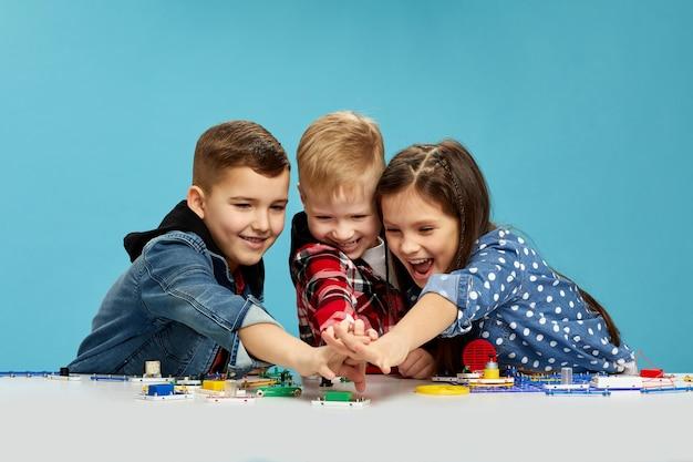 Niños expresivos jugando Foto Premium