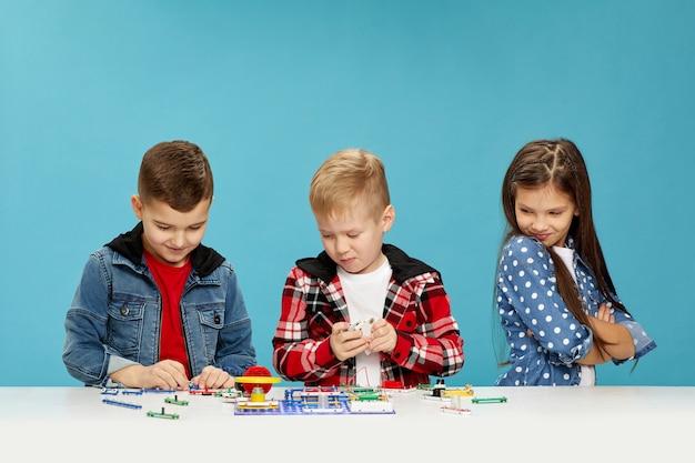 Niños expresivos jugando