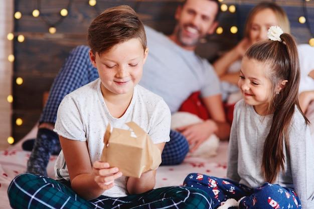 Niños felices abriendo regalos de navidad