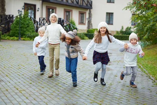 Niños felices corriendo gratis en vacaciones
