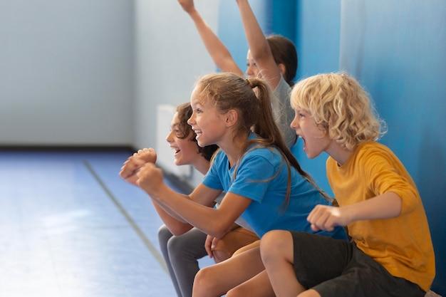 Niños felices disfrutando de su clase de gimnasia