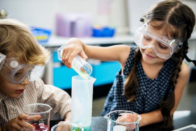 Niños felices en la escuela primaria