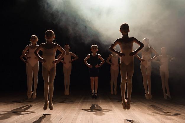 Niños felices haciendo ballet