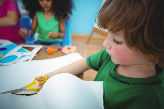 Niños felices haciendo manualidades juntos