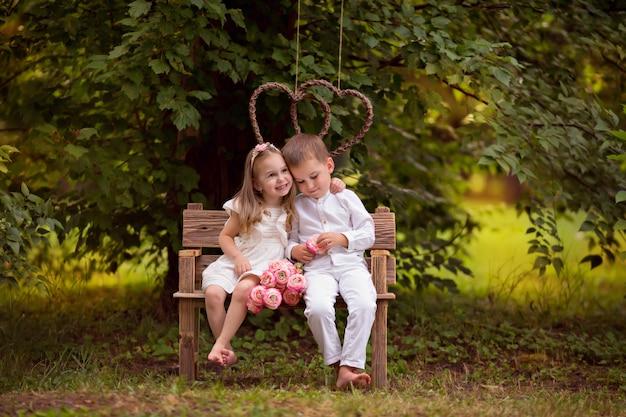 Niños felices, hermano y hermana, amigos en la naturaleza en un parque de verano