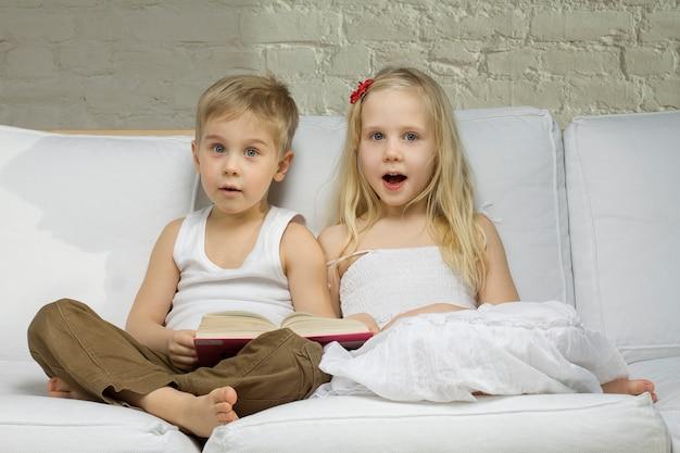 Los niños felices leen un libro