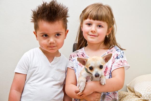 Niños felices con un perro