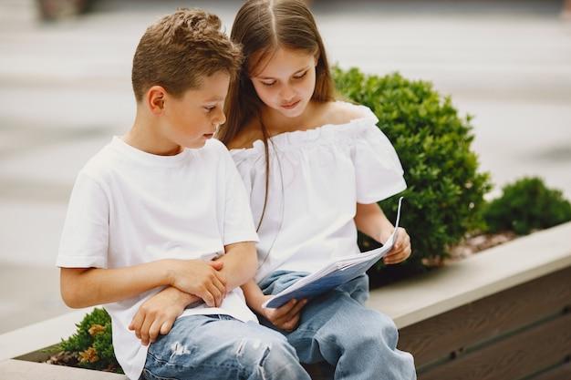 Niños felices sentados juntos cerca y sonrisa