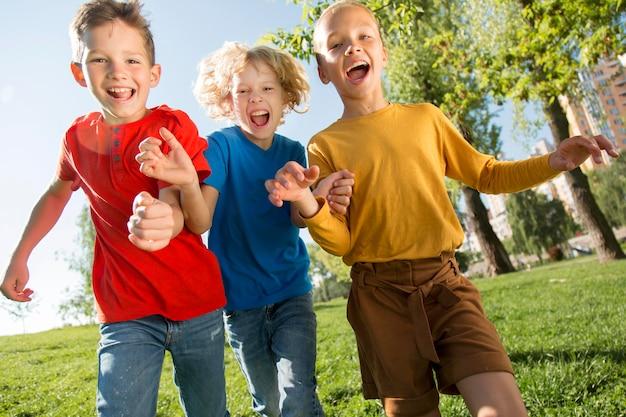 Niños felices de tiro medio en el parque