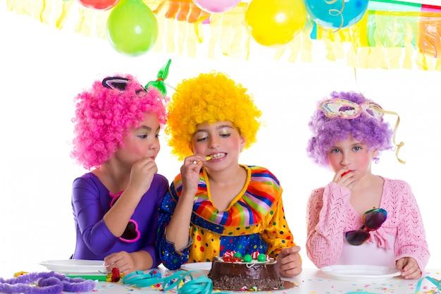 Niños feliz cumpleaños fiesta comiendo pastel de chocolate