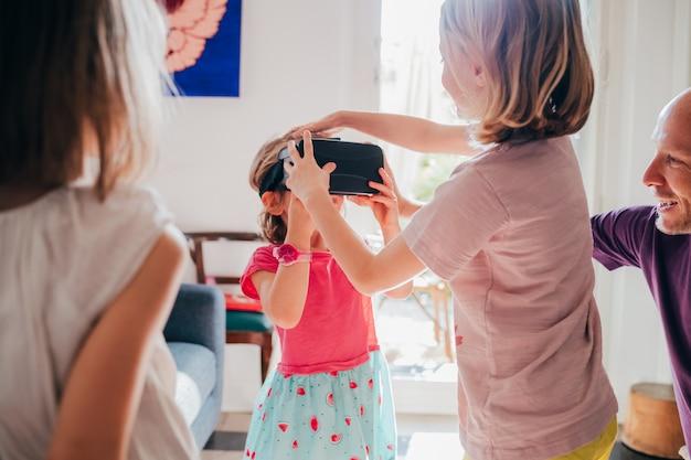 Niños femeninos en interiores con visor 3d
