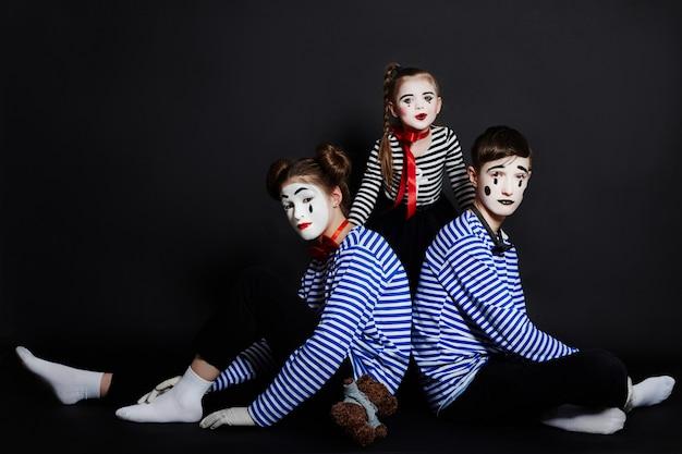 Niños foto de grupo mime, emociones de pantomima.
