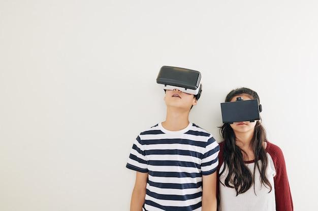 Niños en gafas de realidad virtual