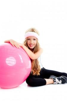 Niños gimnasio yoga chica con pilates bola rosa