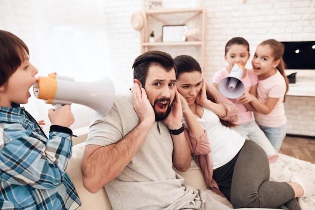 Los niños gritan a través de los parlantes a sus padres.