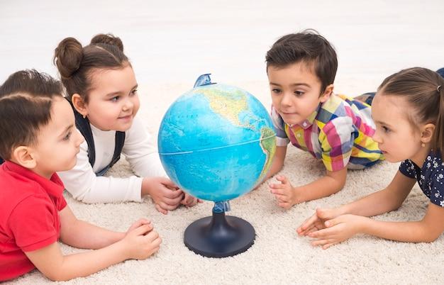 Niños en grupo con un globo terráqueo