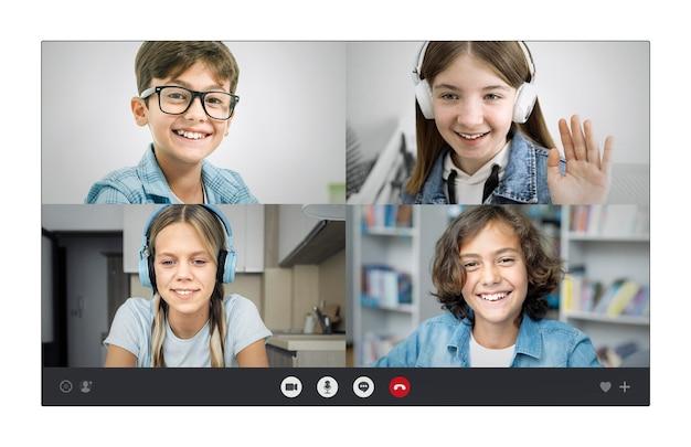 Niños hablando a través de una videollamada.