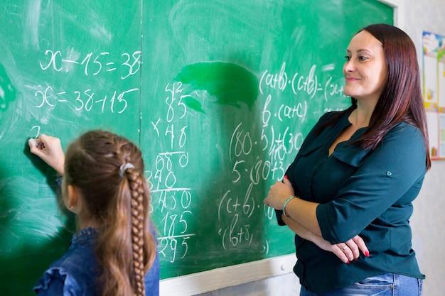 Los niños hacen matemáticas en la escuela primaria.