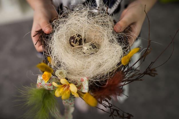 Los niños hacen un nido para pájaros, nidifican para pájaros.