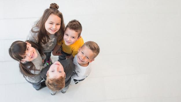 Niños haciendo un círculo