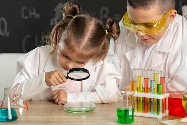 Niños haciendo experimentos en laboratorio.