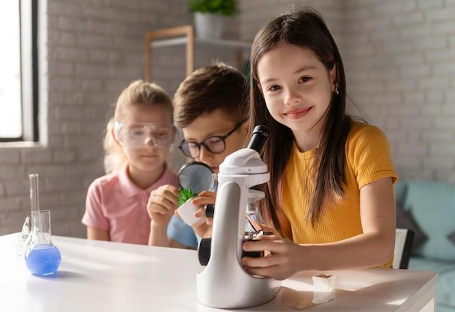 Niños haciendo experimentos de tiro medio.