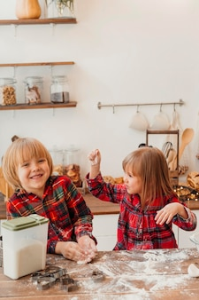 Niños haciendo galletas de navidad