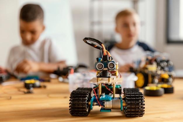 Niños haciendo robot