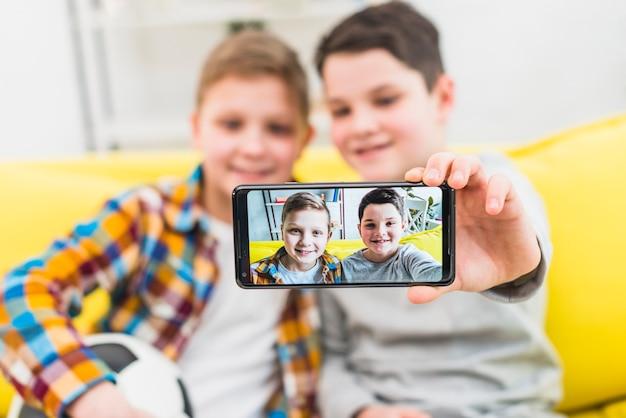 Niños haciendo un selfie