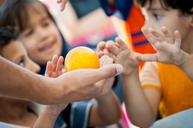 Niños hambrientos siendo alimentados por caridad