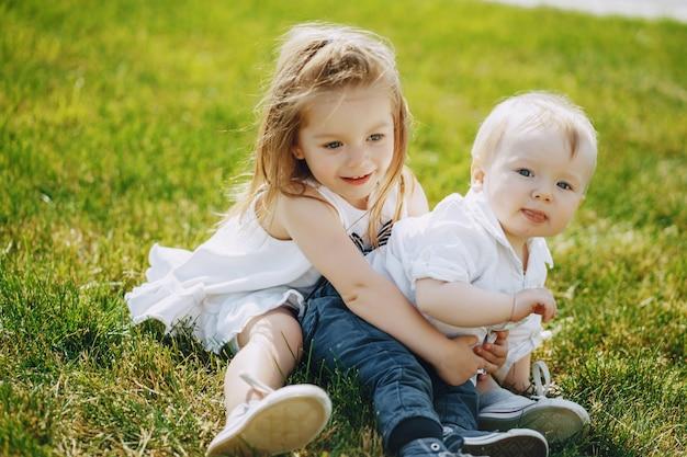 Niños en una hierba