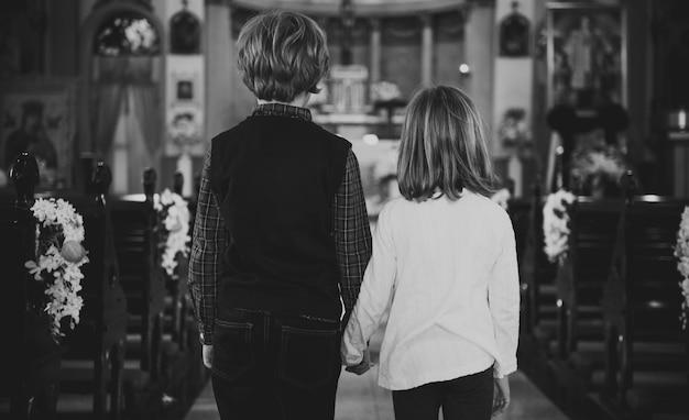 Los niños de la iglesia creen la fe familia religiosa