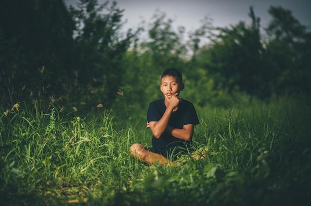 Niños inteligentes, niños con ideas y felicidad al mismo tiempo, conceptos de conocimiento.