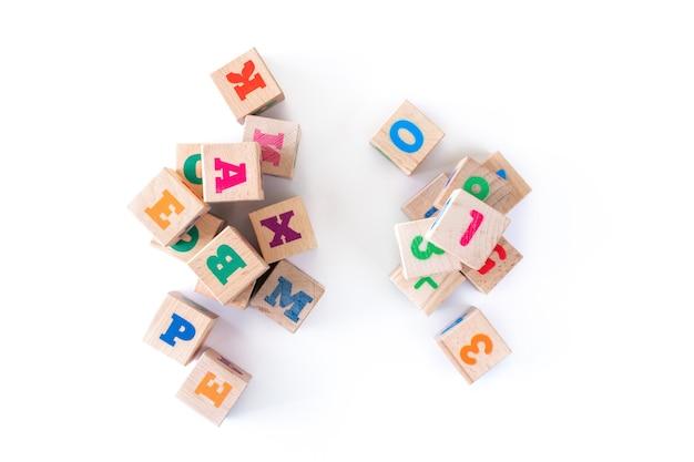 Los niños juegan cachorros de madera con números sobre fondo blanco. desarrollo de bloques de madera. juguetes naturales y ecológicos para niños. vista superior. endecha plana. copia espacio