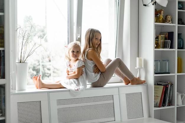 Los niños juegan en la casa, ambiente hogareño. los hermanos pasan tiempo juntos.