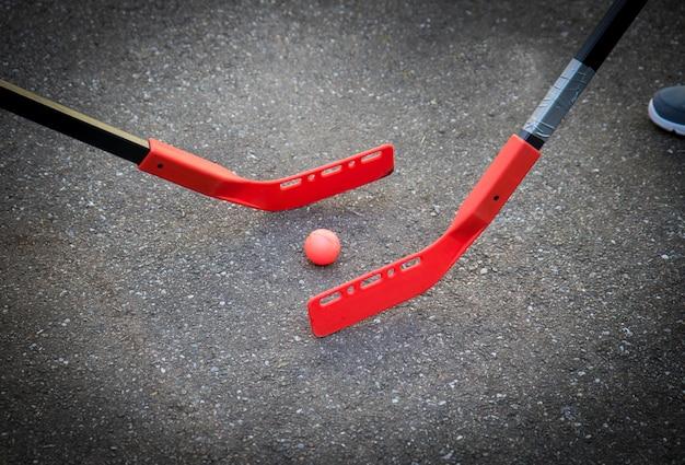 Los niños juegan hockey en la calle