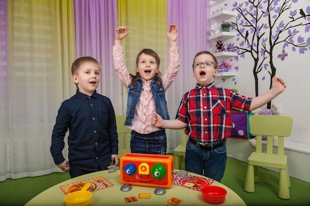 Los niños juegan juegos de mesa
