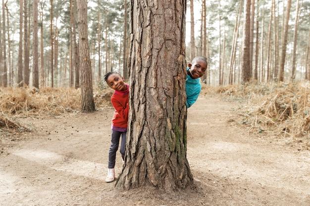 Niños jugando al escondite