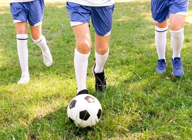 Niños jugando al fútbol afuera