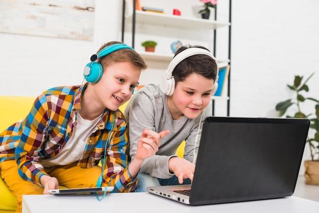 Niños jugando al ordenador