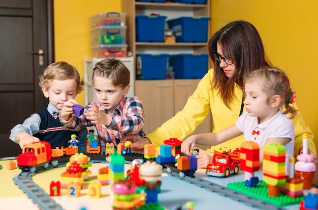 Niños jugando con bloques de construcción en clase