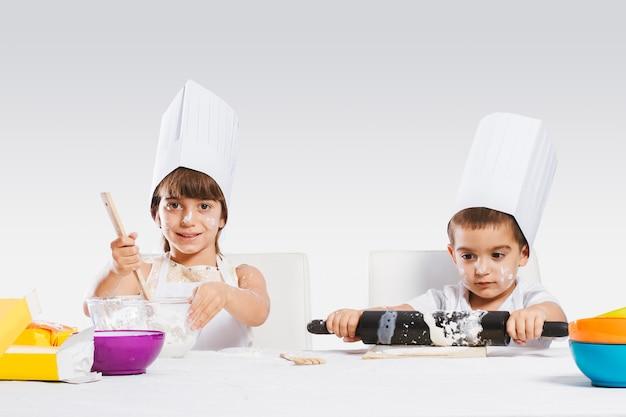 Niños jugando en la cocina.