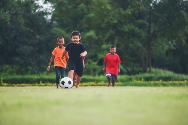 Niños jugando fútbol soccer