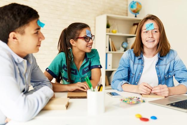 Niños jugando juegos en el aula