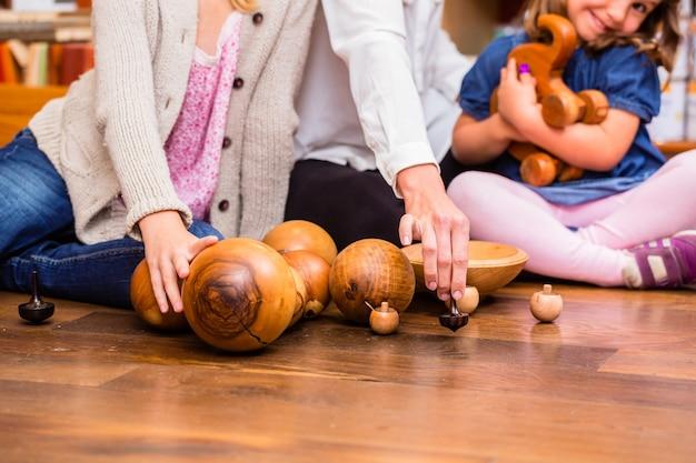 Niños jugando con juguetes de madera en la tienda.
